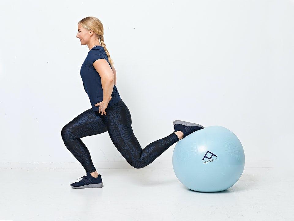 Nainen tekee yhden jalan kyykkyä jumppapallolla