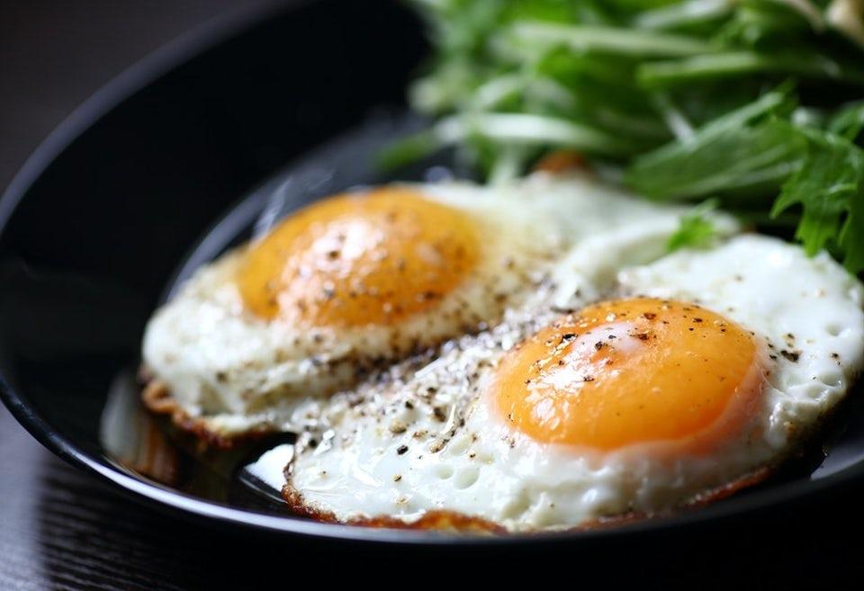 Kaksi kananmunaa paistinpannulla