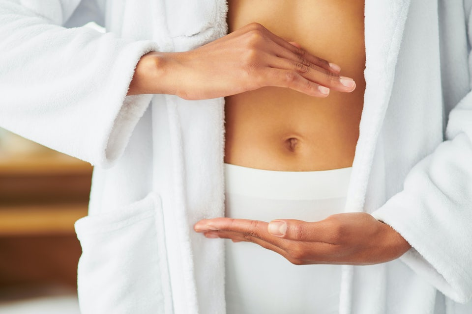 Kvinde viser mave