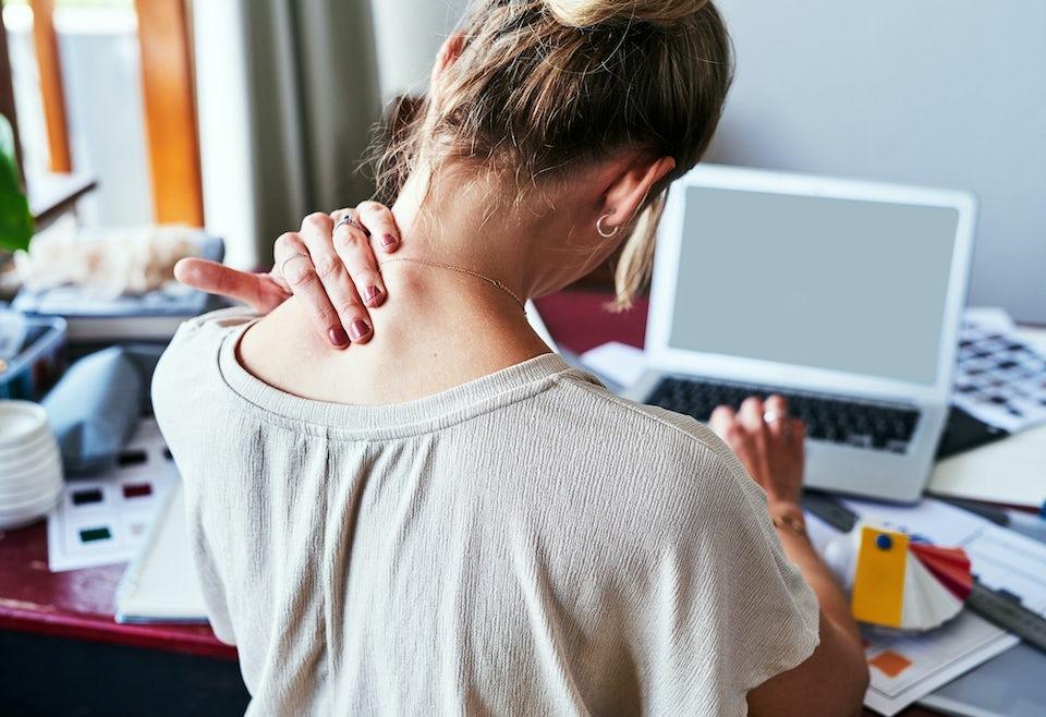 Kvinna smärtor i nacken hemmakontor