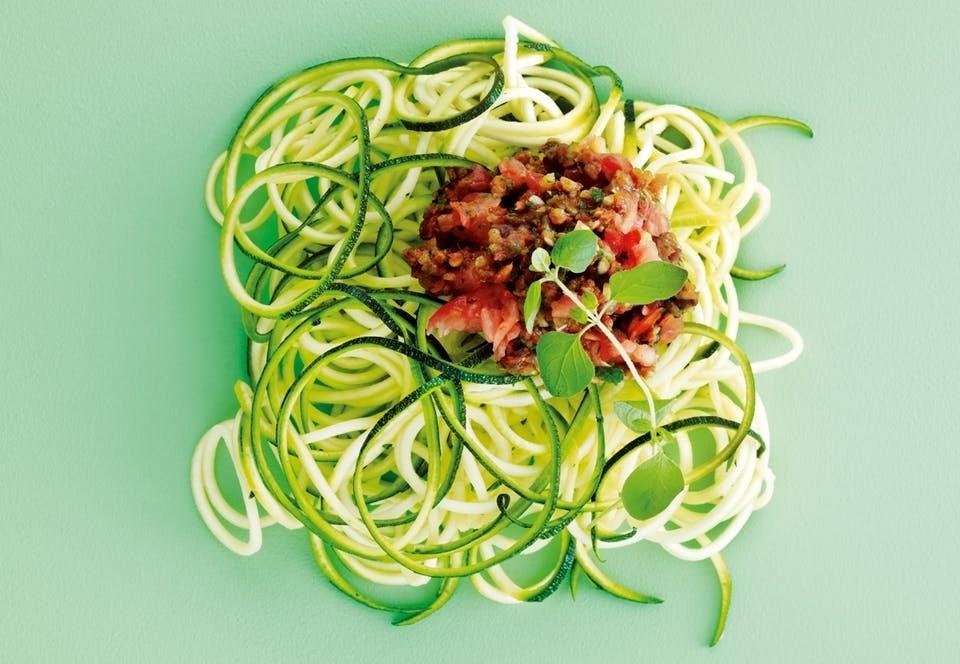 Kesäkurpitsaspagettia ja tomaattikastiketta