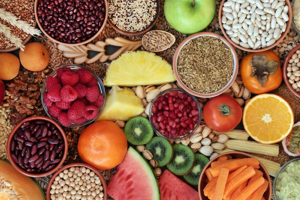 Frugt og grøntsager i skåle.