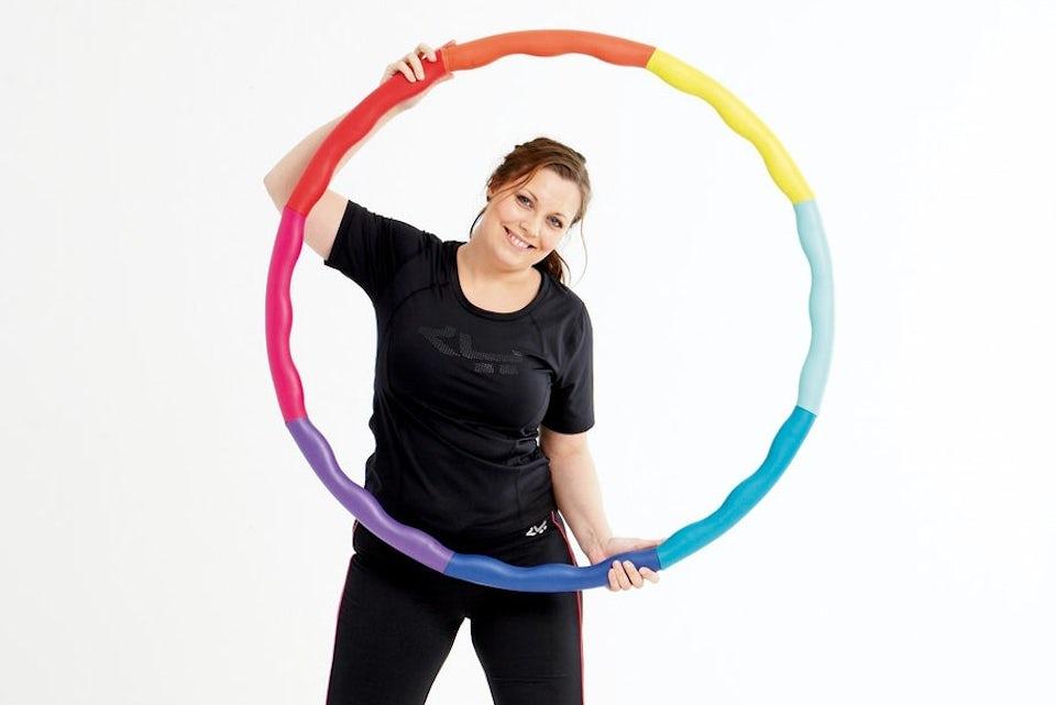 Nainen treenaa hulavanteen kanssa