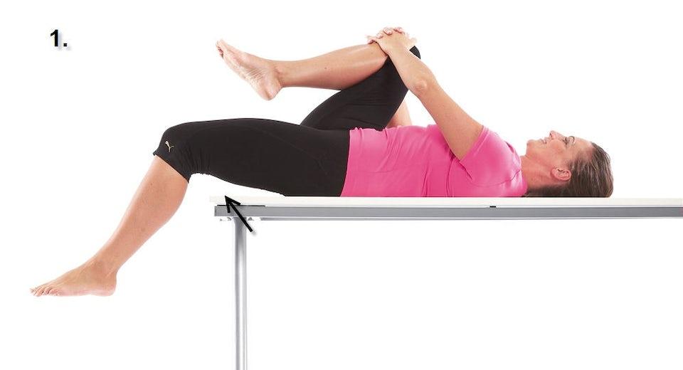 Kvinde laver hofteøvelse
