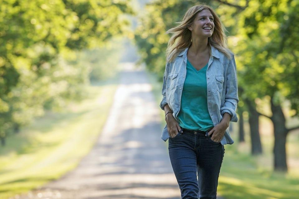 Kvinde går en tur i solen