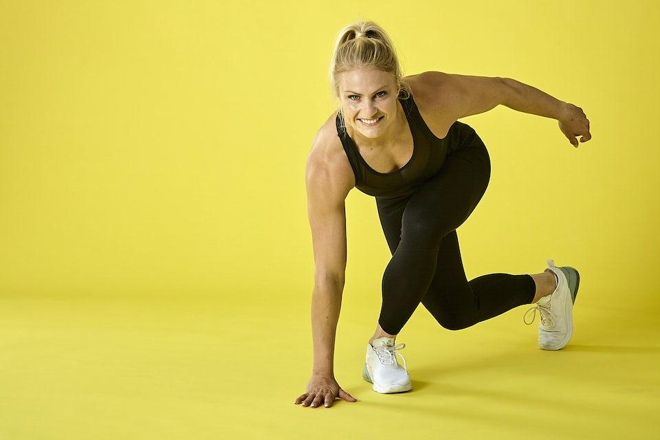 Kvinde laver HIIT-træning