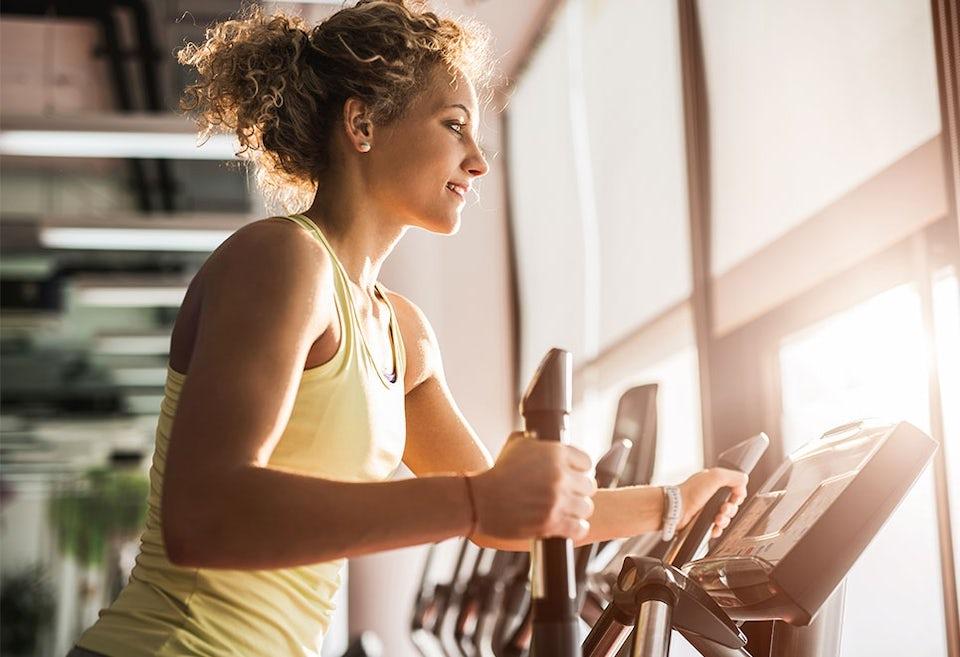 Kvinna tränar crosstraining