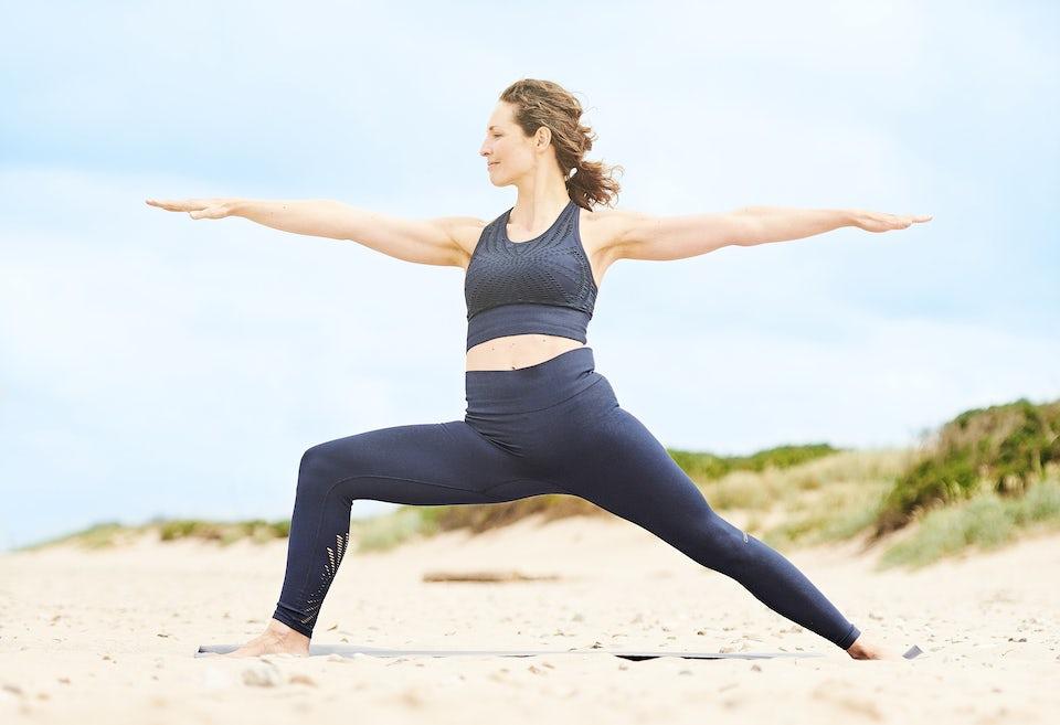 Kvinde der dyrker yoga