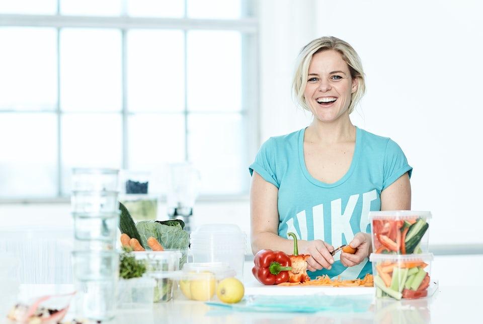 Kvinde tilbereder sund mad