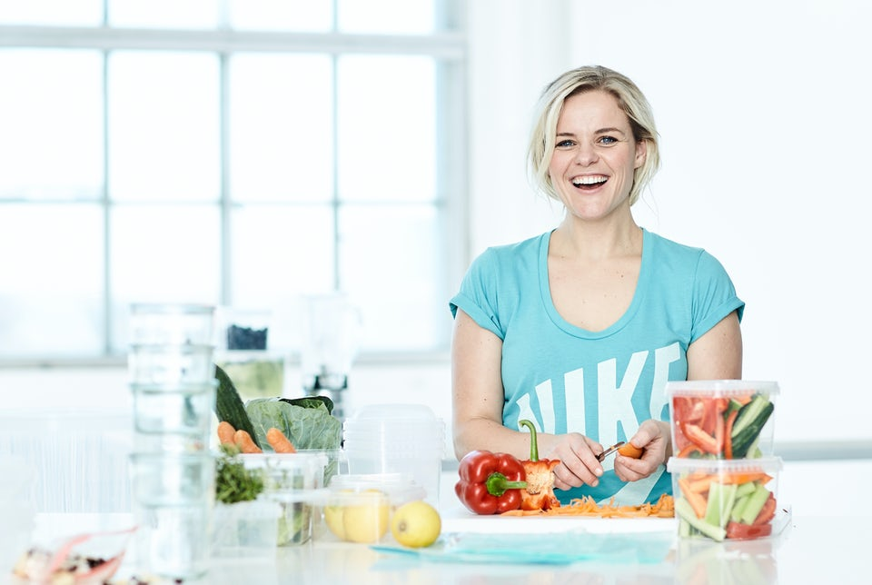 Kvinna lagar nyttig mat