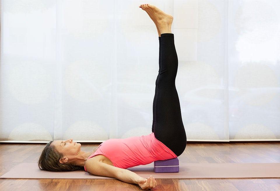 Kvinna som gör yoga med utrustning