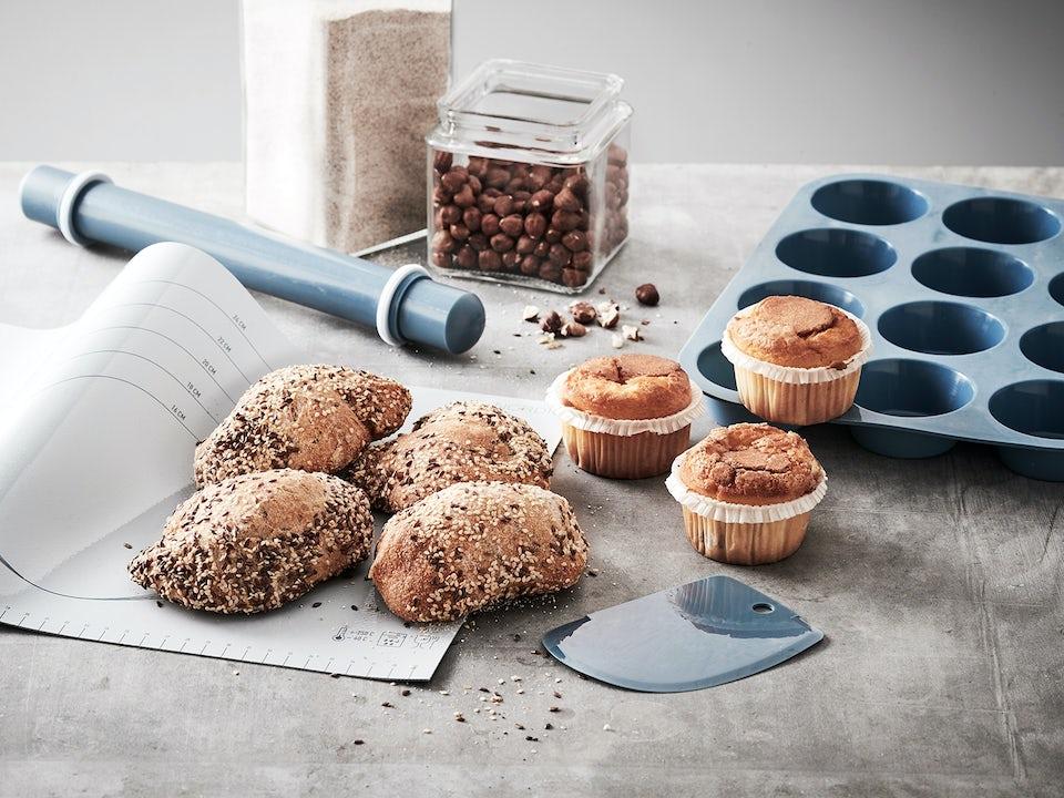 Bakesett med fire deler - muffinsform, bakematte, kjevle og deigskraper