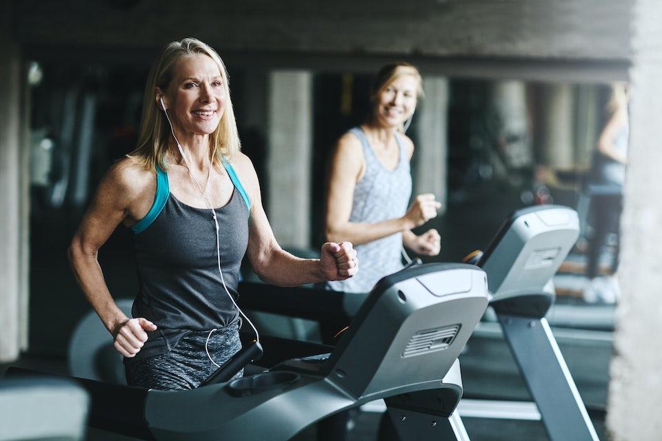 Kvinder løber på løbebånd