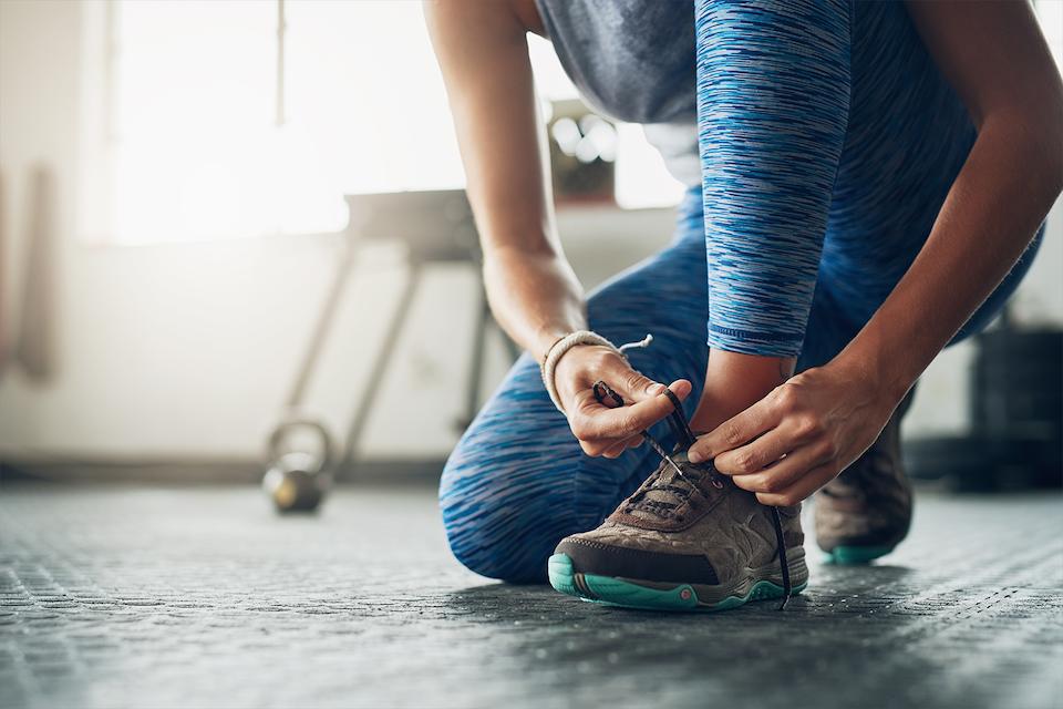 Nainen treenikengät jalassa