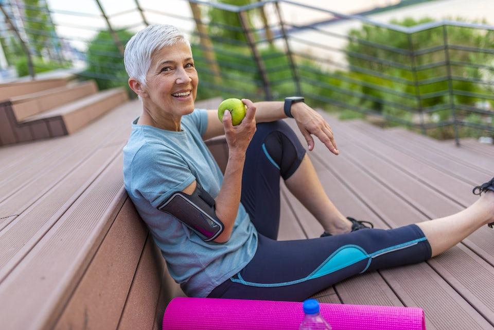 Terve nainen syö omenaa