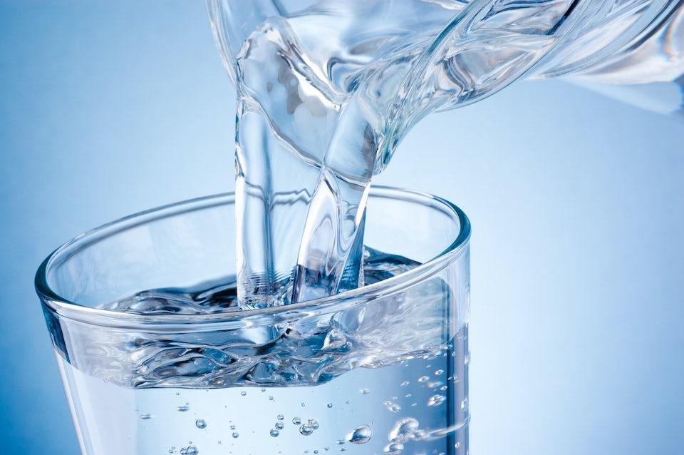 Vatten hälls upp l glas