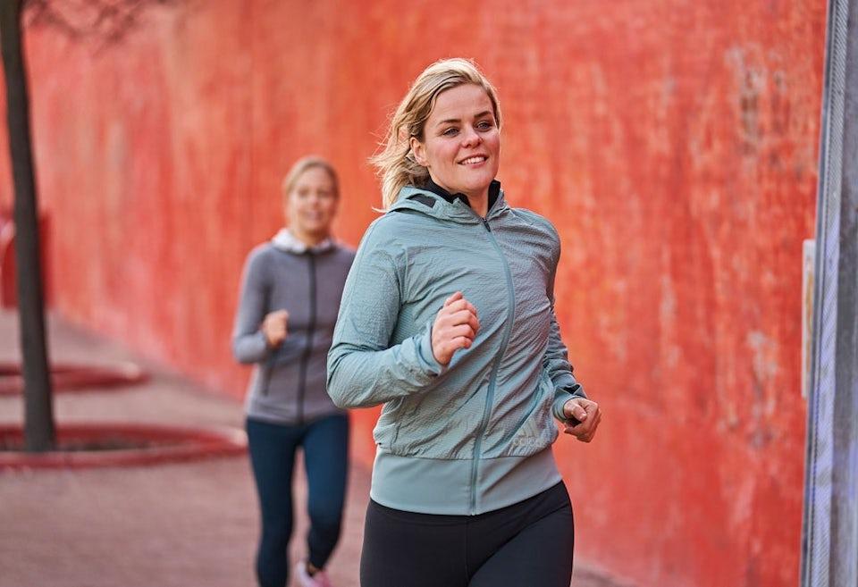 Nainen juoksee punaiset tossut jalassa