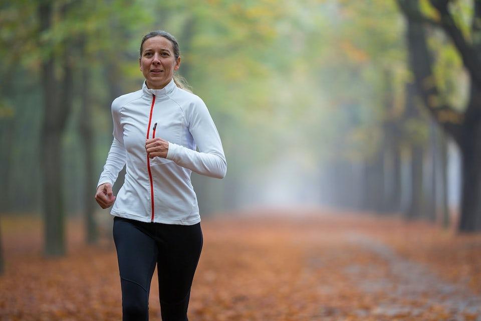 Kvinde løber og forebygger kræft.