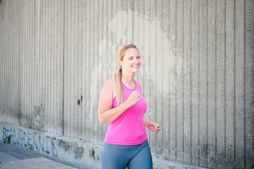 Kvinde går og dyrker motion mod kræft.
