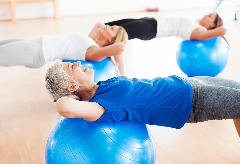 Kvinna tränar med träningsboll