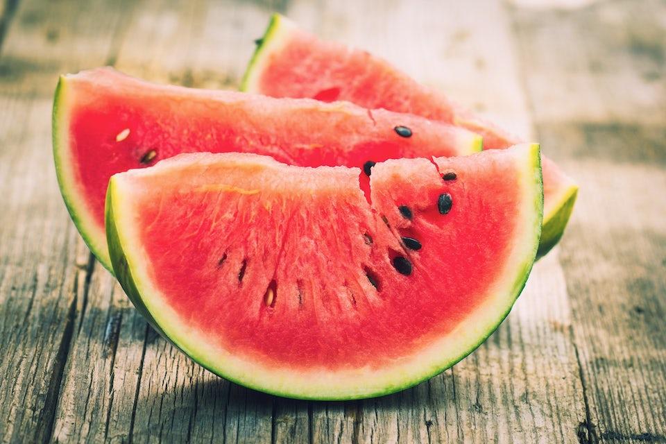 vattenmelon på ett bord