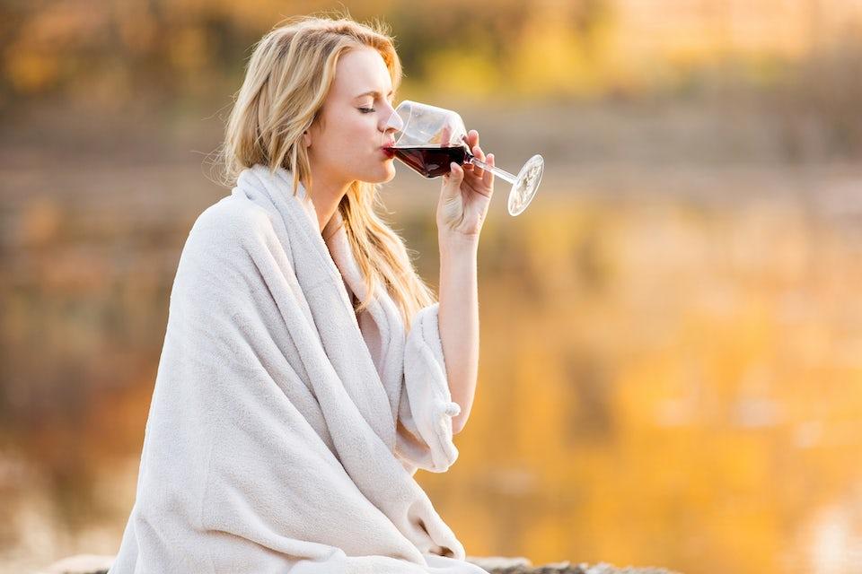 Nainen juo punaviiniä - energiasisältö