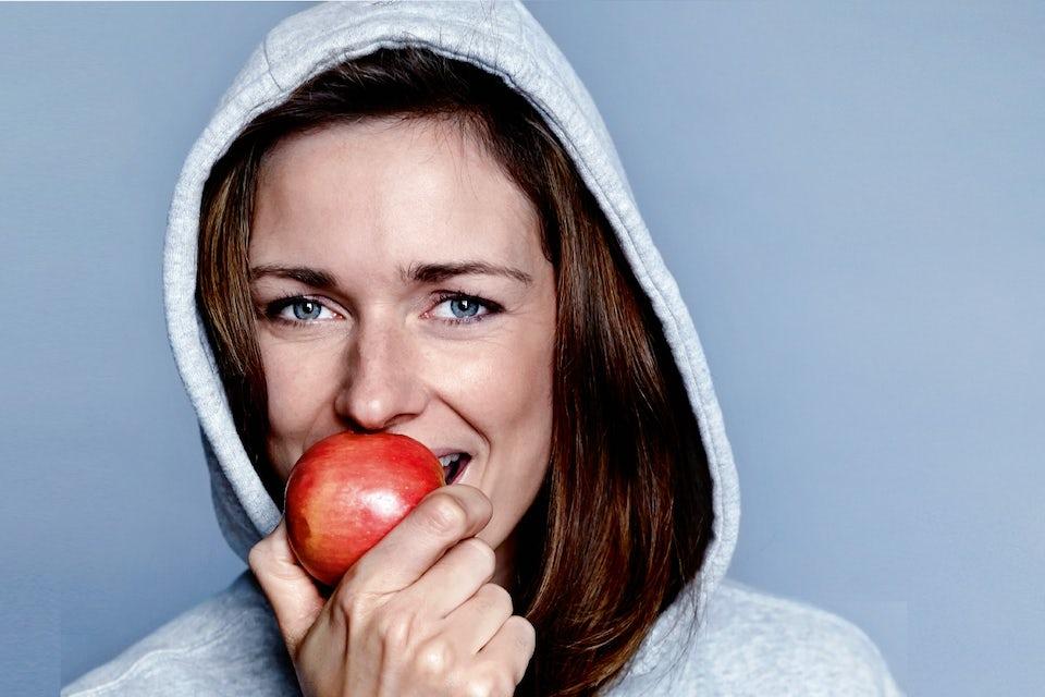 Kvinde spisser æble - hvor mange kalorier?