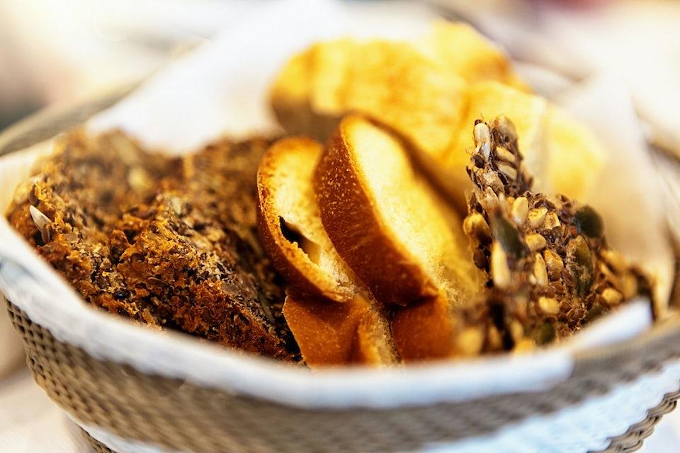 Brödkorg med rågbröd, vetebröd och knäckebröd