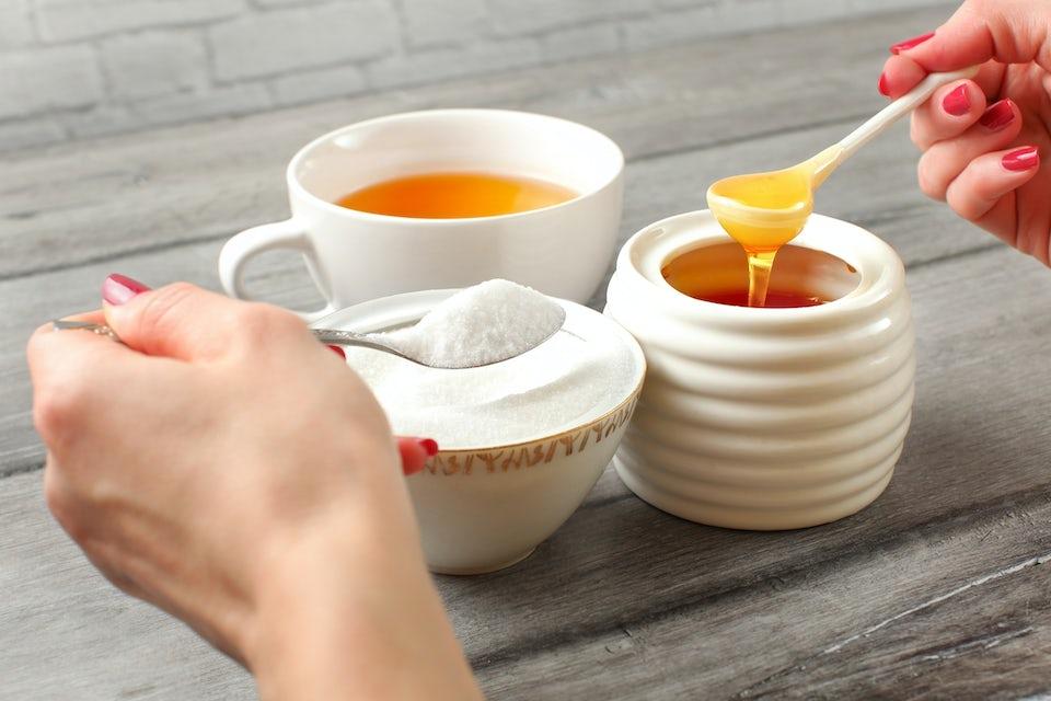 Teekuppi, sokeria ja hunajaa