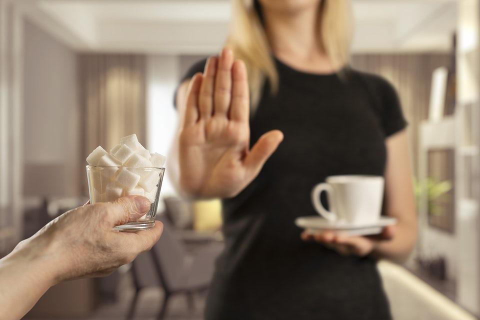 Nainen kieltäytyy sokerista