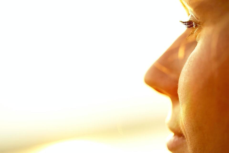Kvinde med lysterapilampe