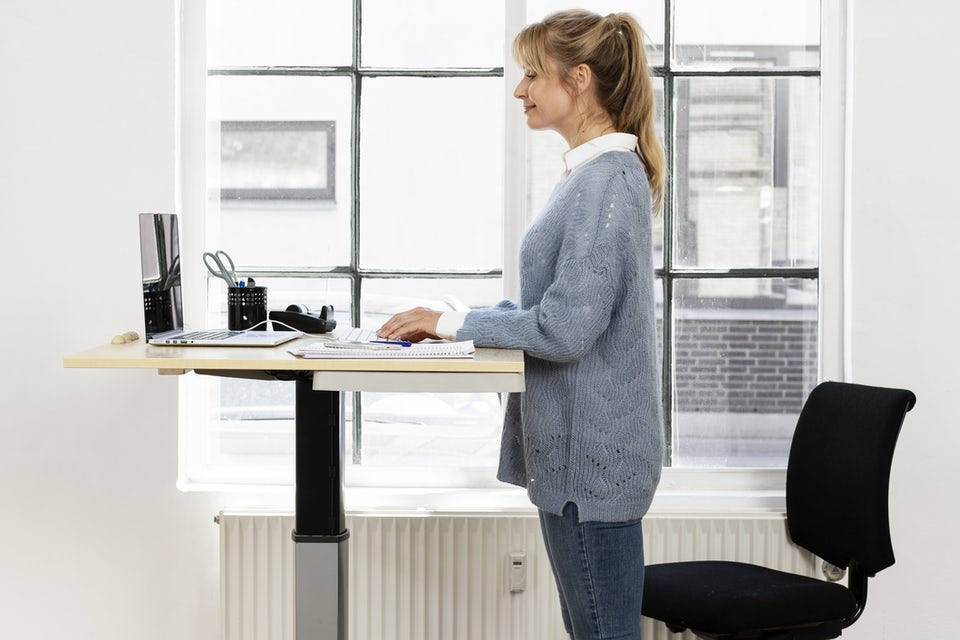 Kvinna arbetar stående