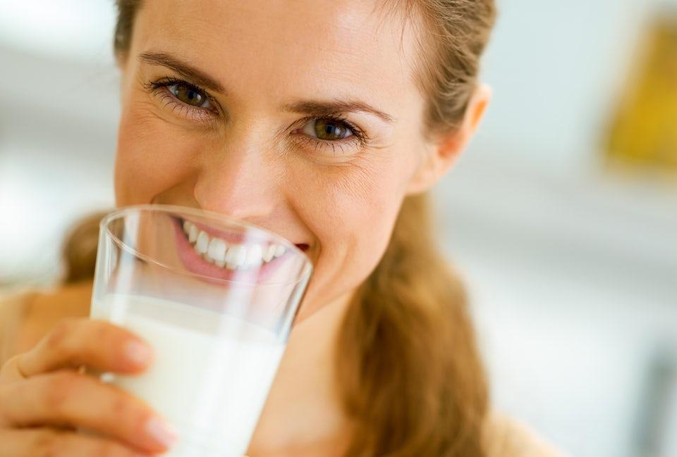 Kvinne drikker melk