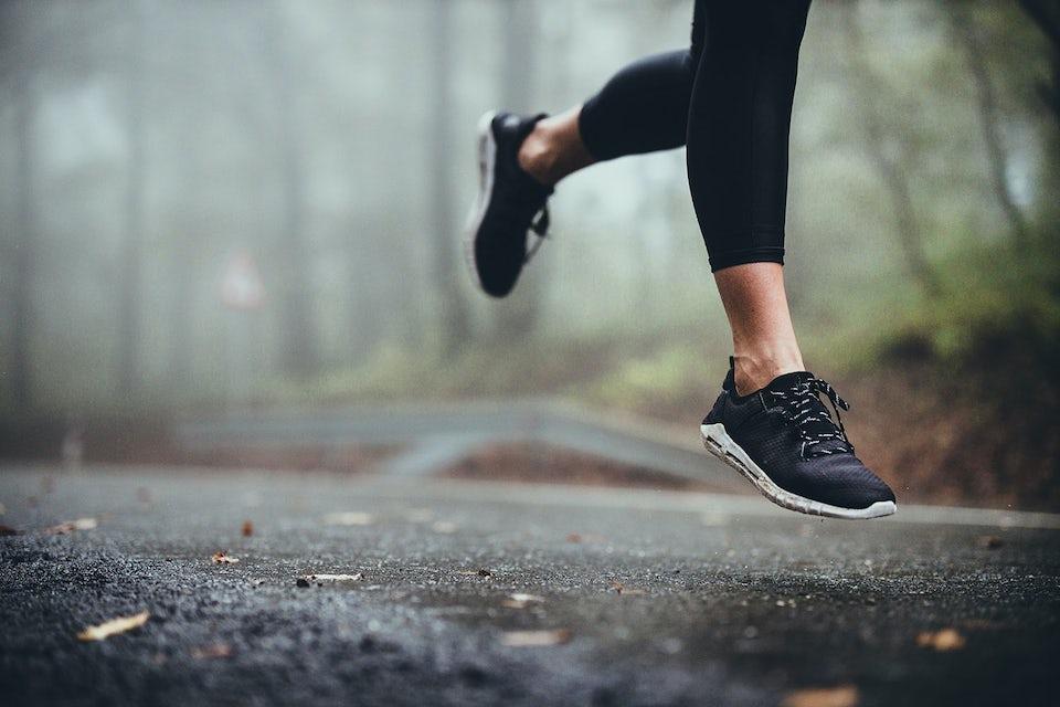 Kvinde, der løber med løbesko
