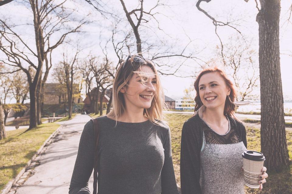 Två kvinnor går utomhus