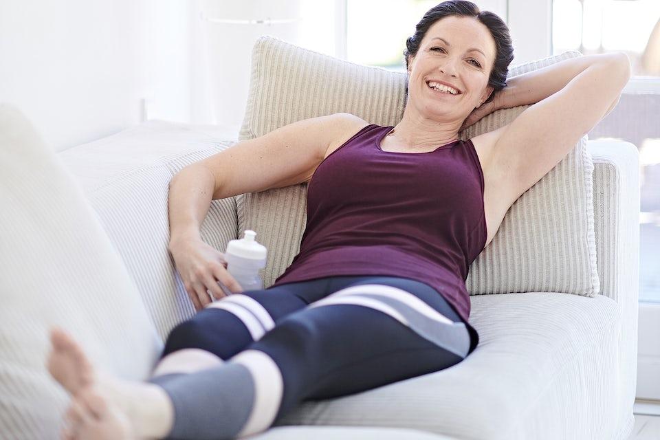 Kvinne slapper av på sofaen