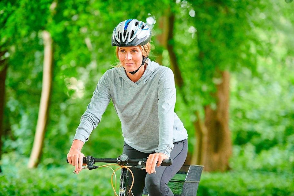 Kvinne på sykkel i naturen