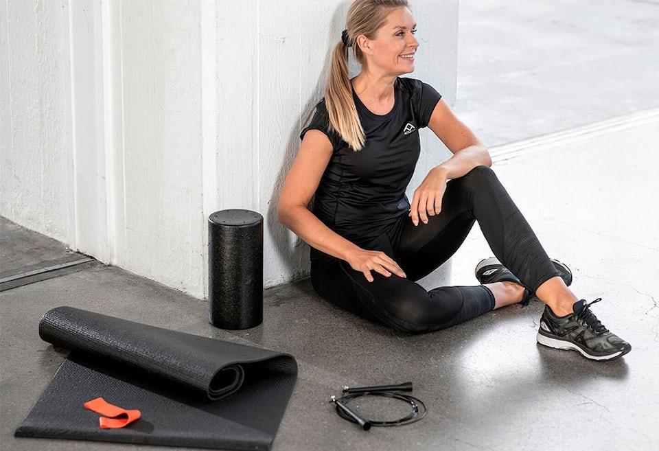 Foamroller, hopprep, träningsgummiband och yogamatta.