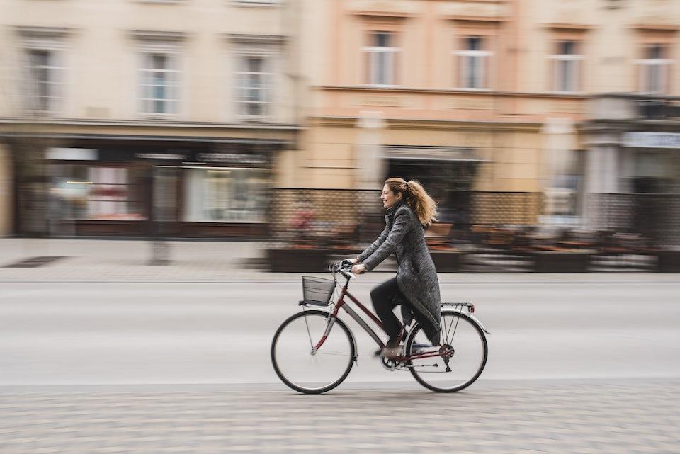 Kvinne sykler til jobben