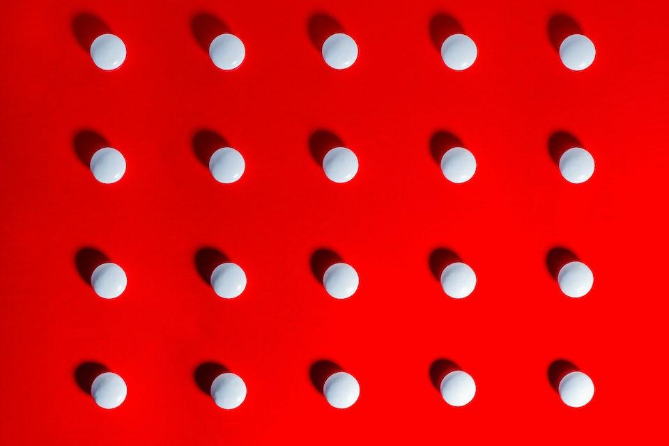 Ibuprofen, tabletter på rød bakgrunn
