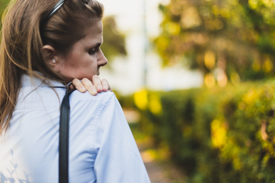 Kvinna har ont i nacken