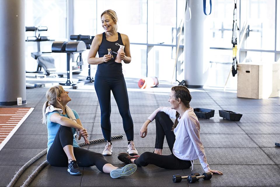 Naisia kuntosalilla treenitrikoot jalassa