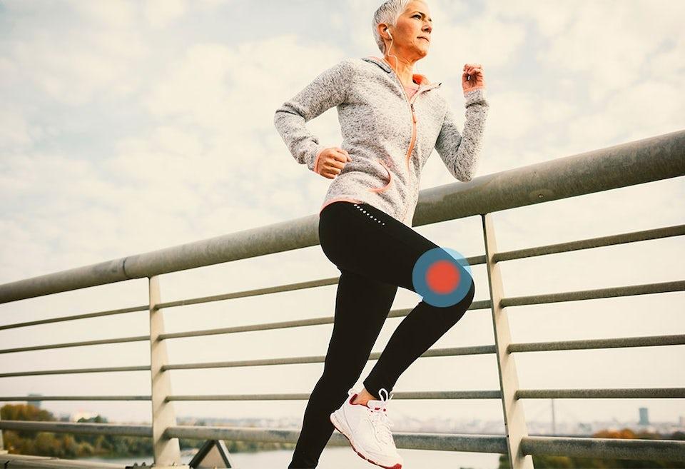 Kvinna har ont av sitt löparknä.