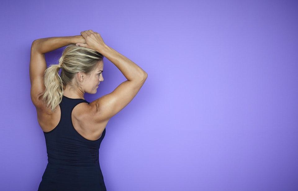 Kvinne strekker armene