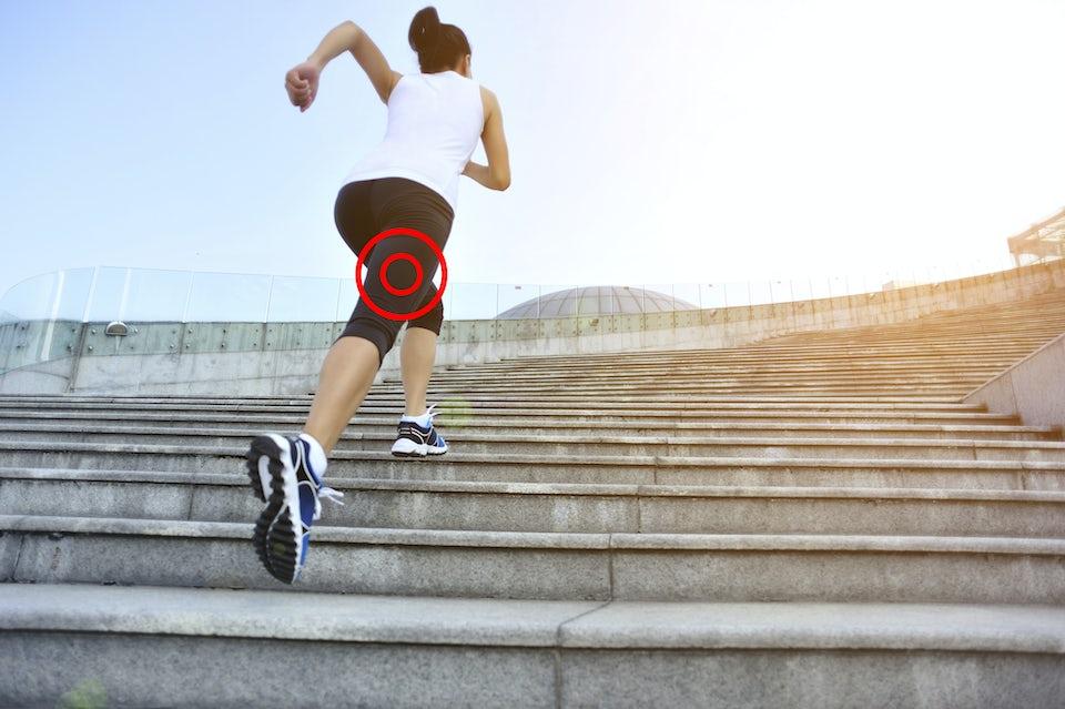 Nainen juoksee rappuja ylös, lihasrevähdys