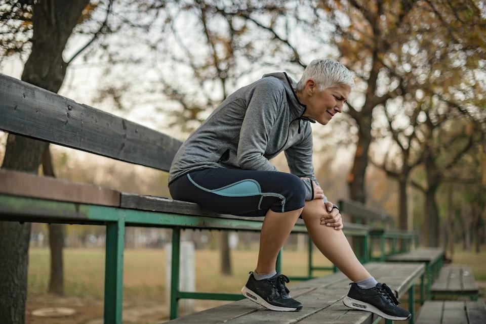 Kvinde har smerter i benet, skinnebensbetændelse