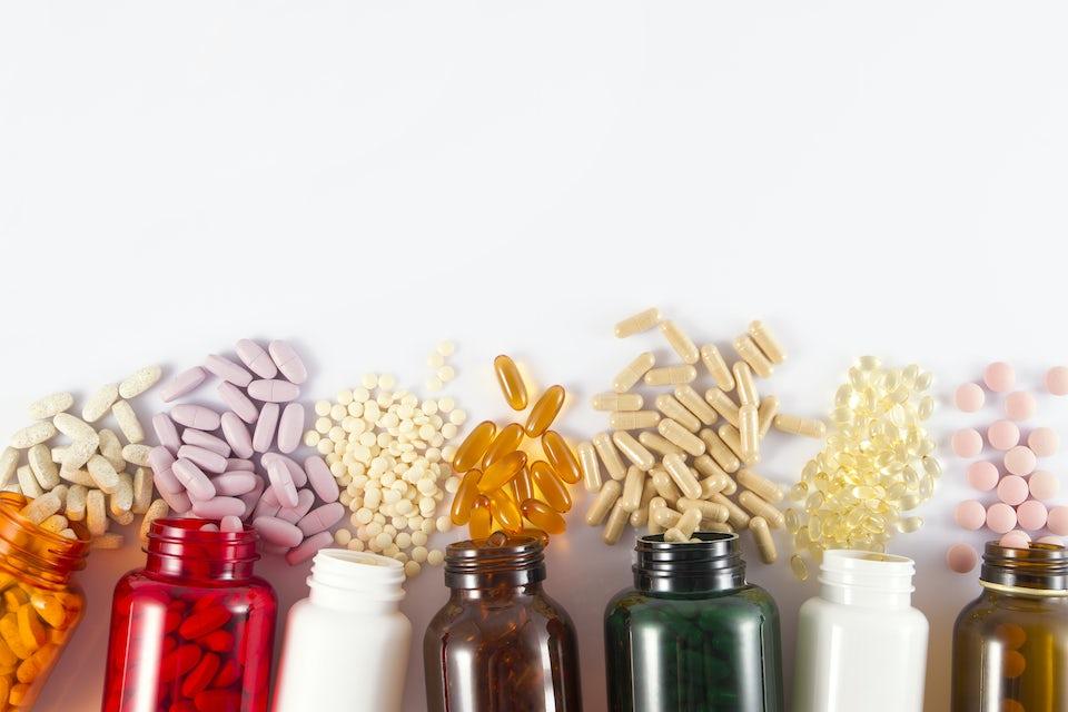 Tabletteja ja kapseleita pulloissa