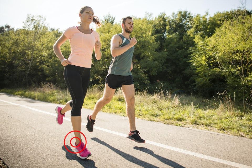 Mann og kvinne løper, forstuing