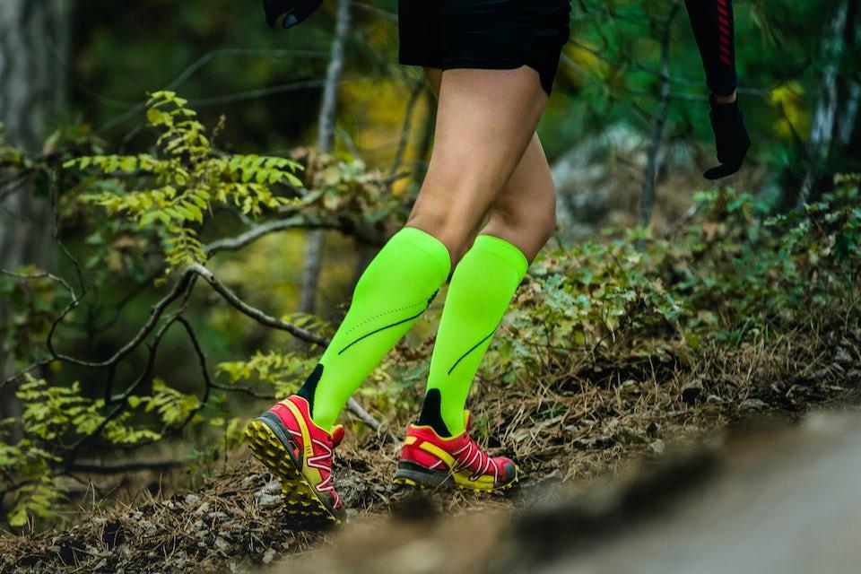 Nainen juoksee kompressiosukat jalassa