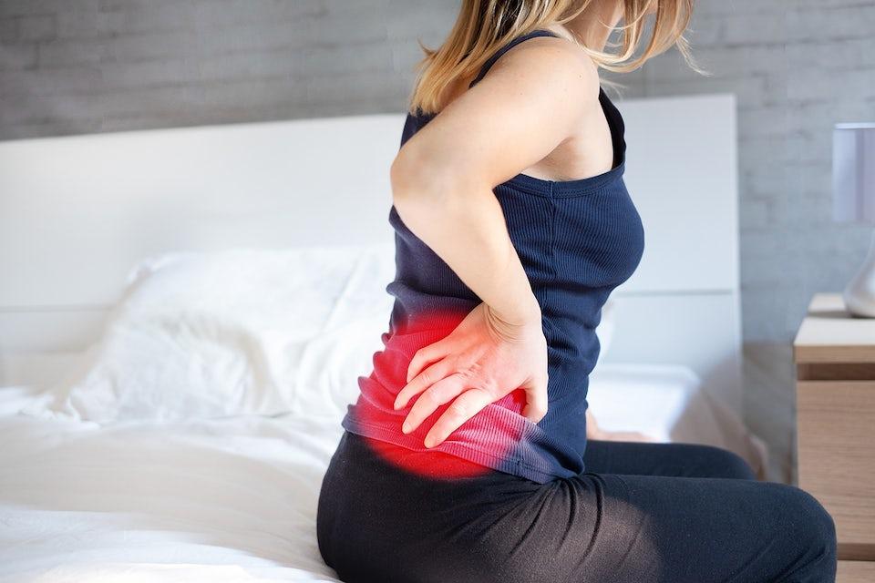 Kvinna har ont i ryggen, kontor.